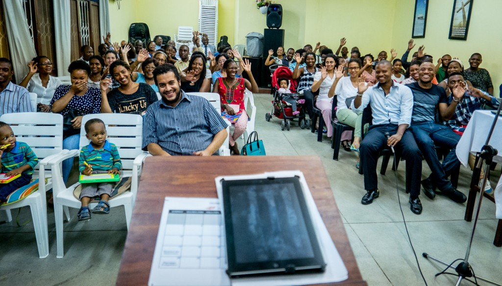 Primeira Igreja Batista Renovada väntar på att predikan kommer igång, men först församlingens hälsningar till predikantens alla bloggläsare.